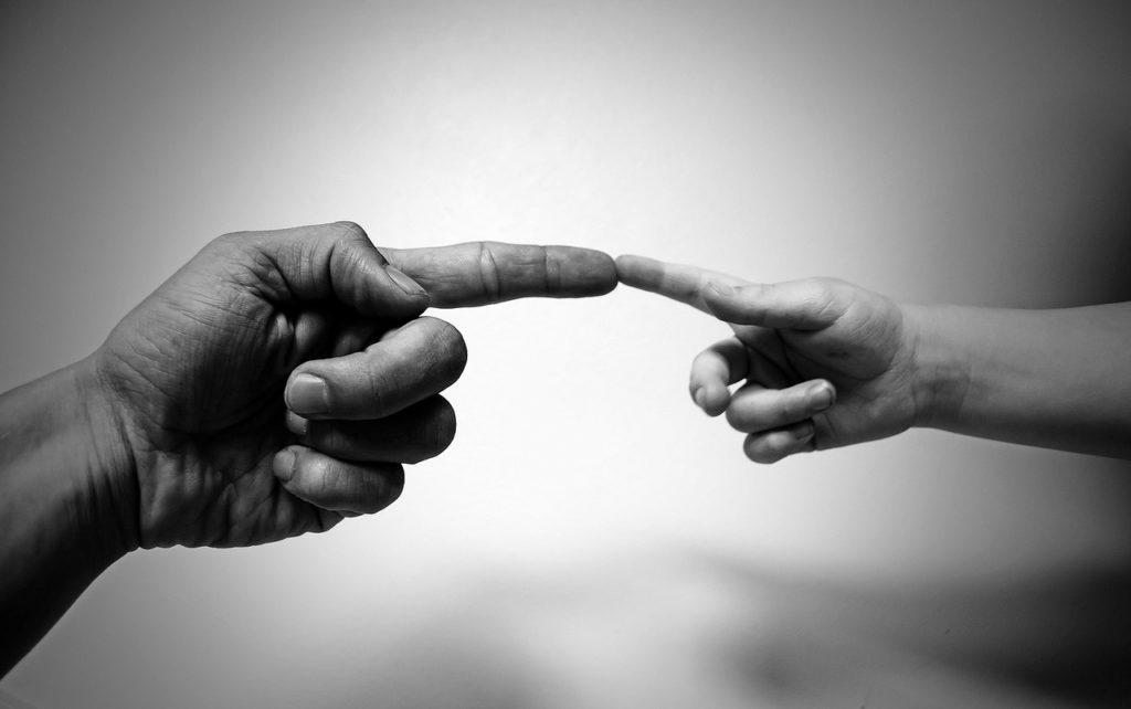 子供と大人の手