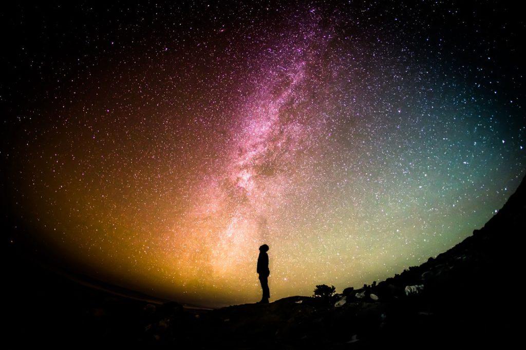 星を眺めている人
