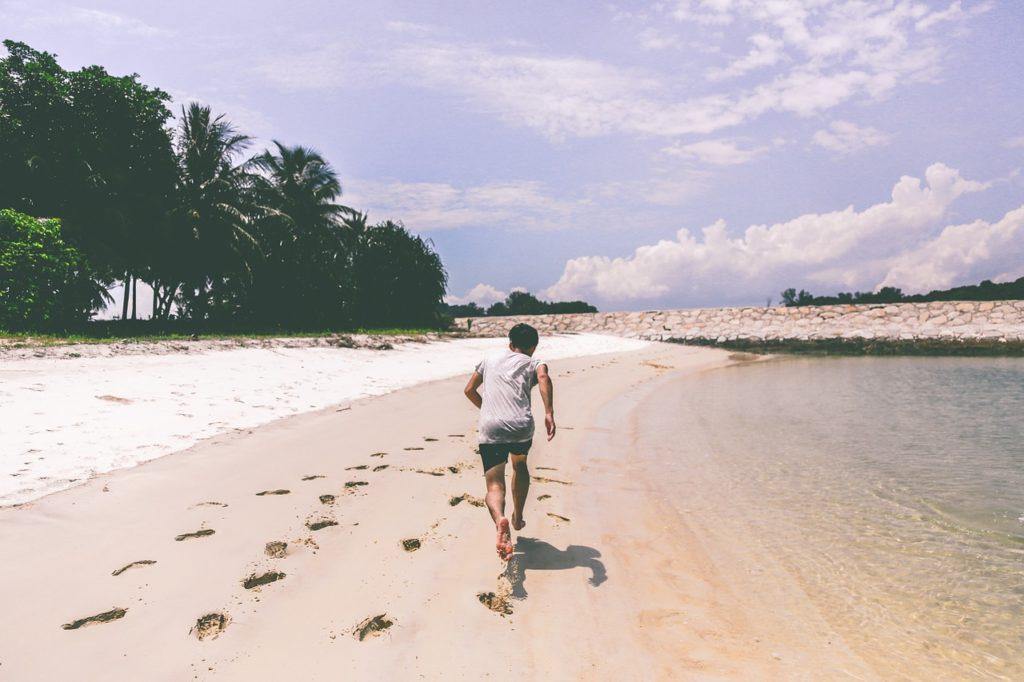 浜辺を走っている人