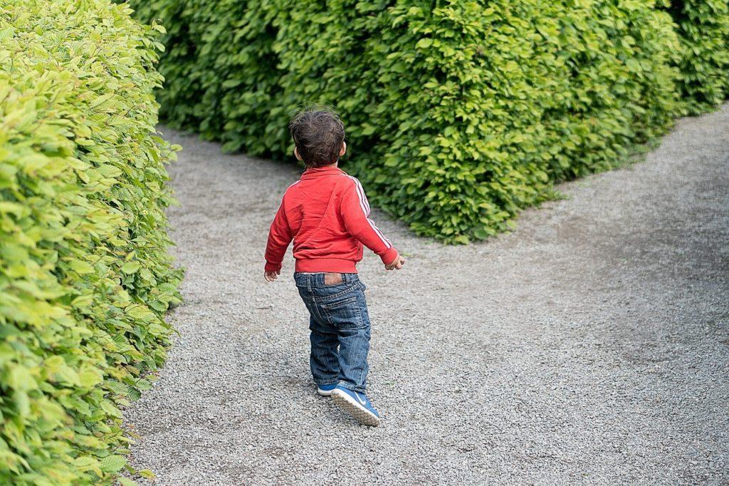 道を歩く子供