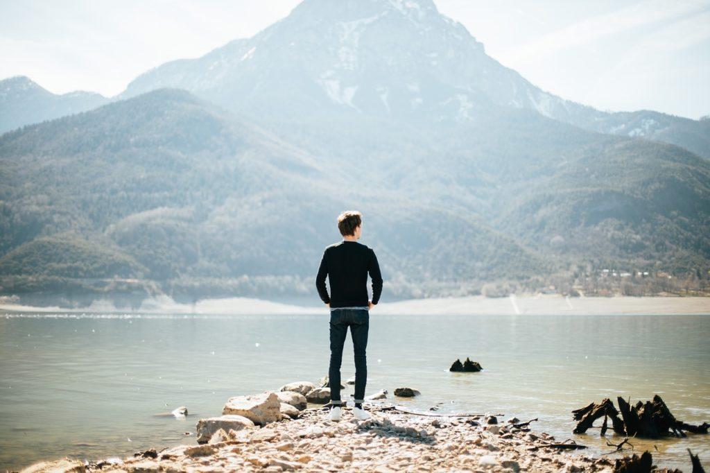 湖に一人でいる人