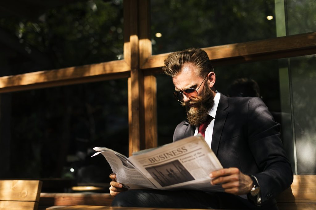 新聞を読んでいる会社員