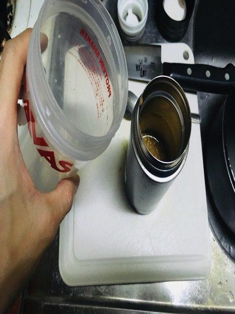 溶かした味噌に残りの冷水を入れる写真