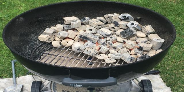 バーベキューの炭の写真