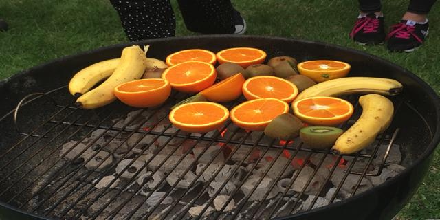 オレンジとバナナとキウイを焼いている様子