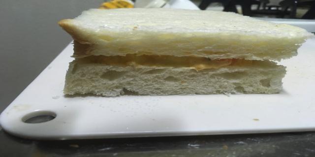 パンにたまごペーストを挟んだのを横からとった写真