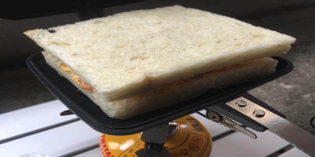 ホットサンドメーカーにパンを入れた写真