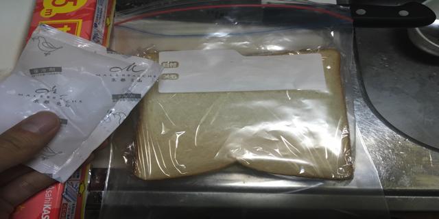 ジップロックにパンと保冷剤を入れた写真