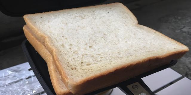 ホットサンドメーカーにパンをおいたところ