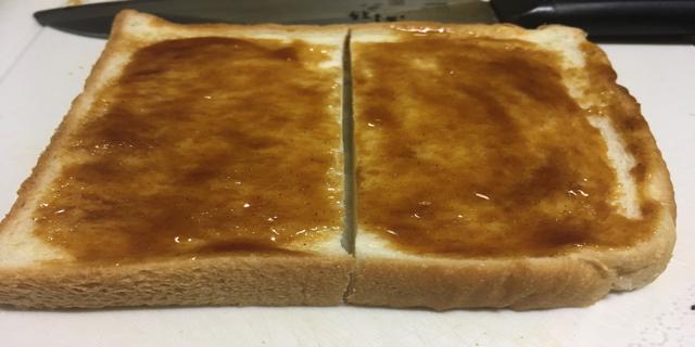 パンにお好みソースを塗ったときの写真