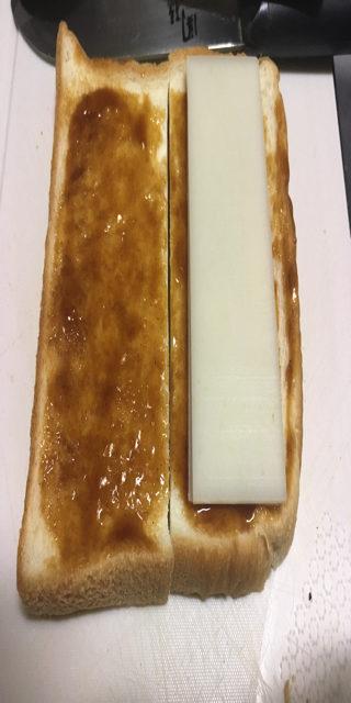 パンにスライス餅をおいた写真