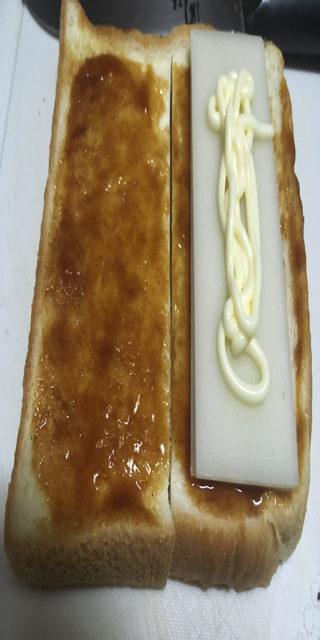 スライス餅にマヨネーズを塗った写真