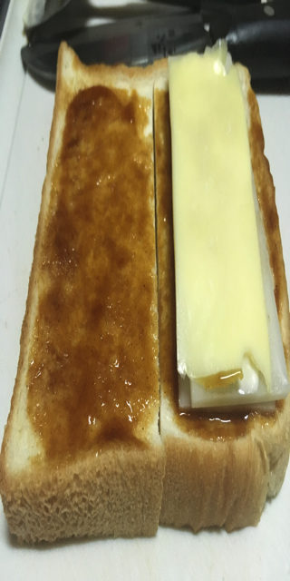 スライス餅にとろけるチーズをおいた写真