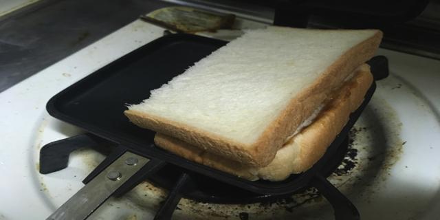 ホットサンドメーカーにパンをおいたときの写真