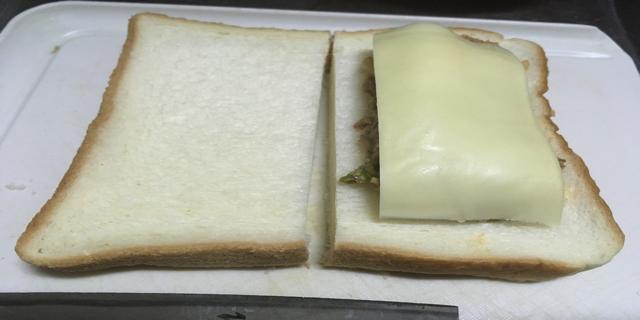 具材にチーズをのせた写真