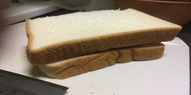 具材をパンではさんで写真