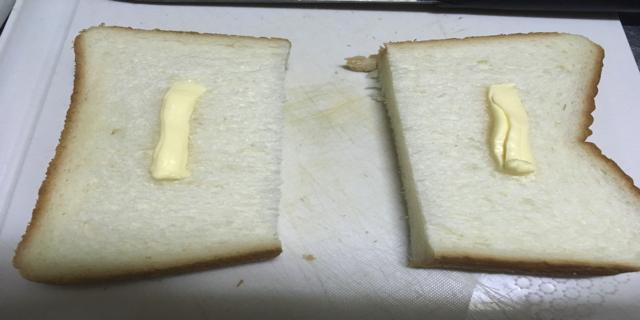食パンにバターを塗った写真