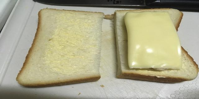 食パンにチーズをのせた写真