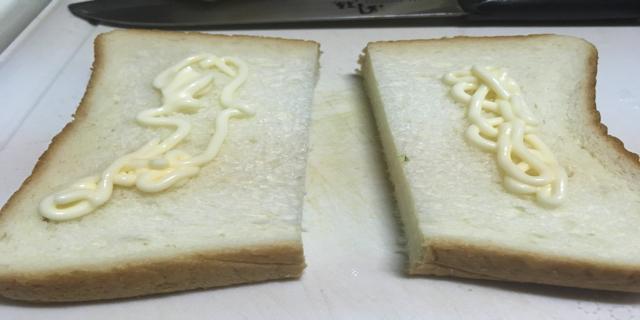 食パンにマヨネーズを塗った写真