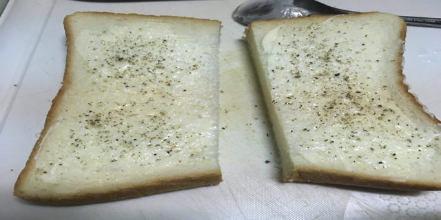 食パンにブラックペッパーを振った写真