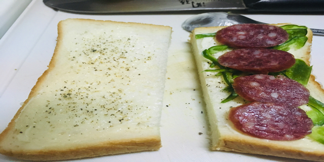 食パンにピーマンとカルパスをのせた写真