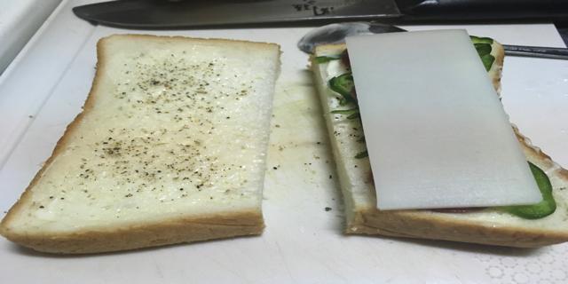 食パンにスライス餅をのせた写真