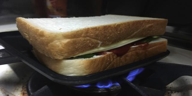 ホットサンドメーカーにパンをのせる