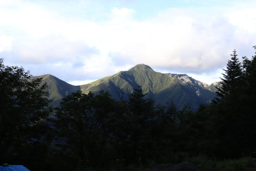 白根御池小屋からの鳳凰三山の写真